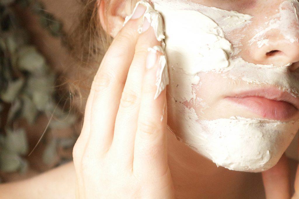 Klei masker op gezicht
